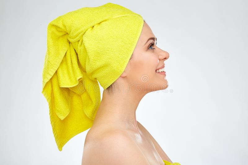 Profili il ritratto della giovane donna con l'asciugamano sulla testa fotografie stock libere da diritti