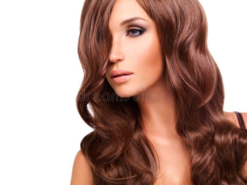 Profili il ritratto di bella donna con i capelli rossi lunghi immagini stock