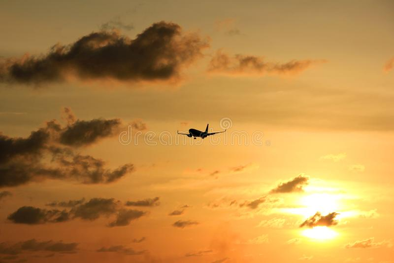 Profili l'aereo al tramonto del tramonto in spiaggia di Maron, Samarang, Indonesia fotografia stock
