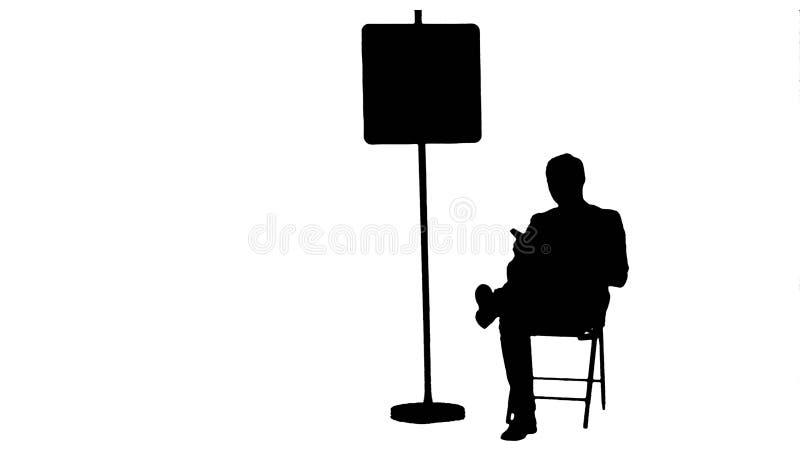 Profili l'uomo d'affari che legge un libro vicino al segno di parcheggio illustrazione vettoriale