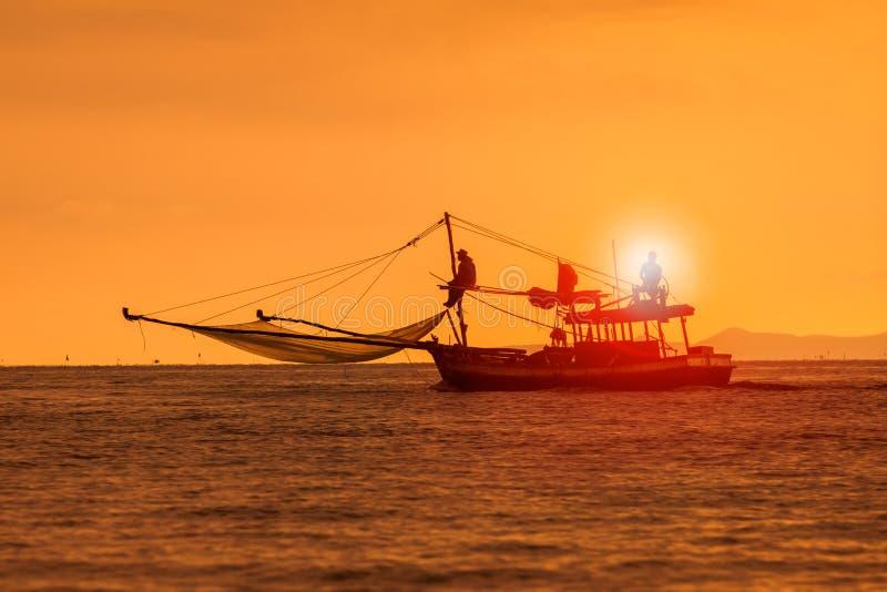 Profili la fotografia della barca dell'industria della pesca e del cielo del tramonto sopra il mare h immagini stock libere da diritti
