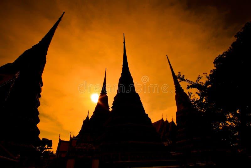 Profili la pagoda a Wat Pho nel tramonto, Tailandia fotografie stock libere da diritti