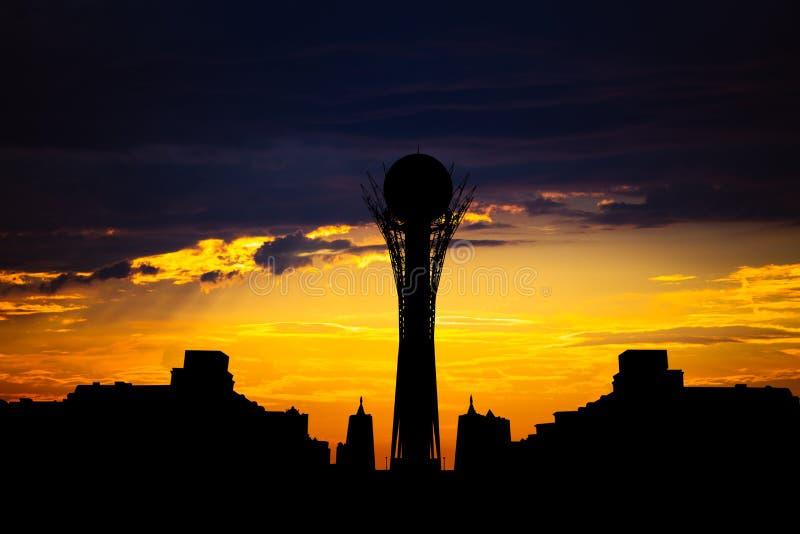 Profili la torre di Bayterek nella capitale di Astana del Kazakistan sul bello tramonto fotografia stock