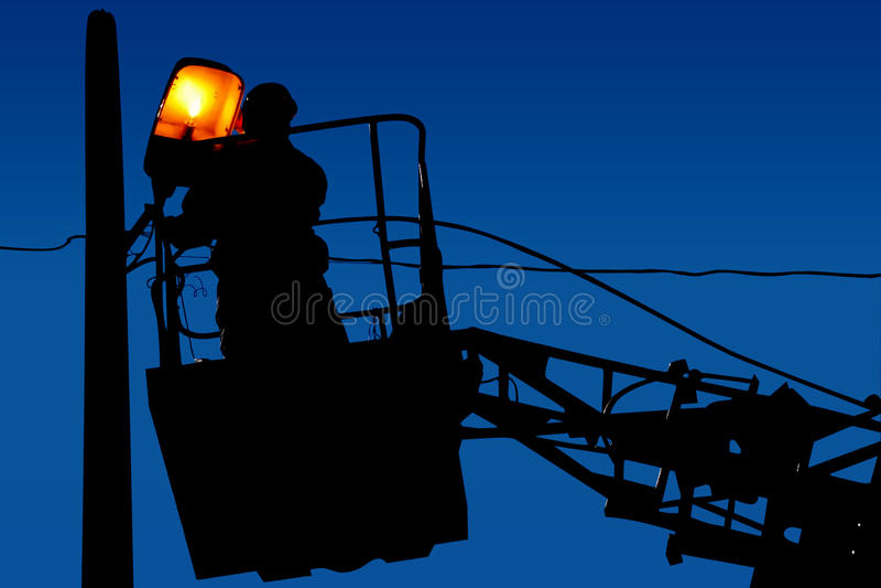 Profili le riparazioni dell'elettricista su un palo leggero sui precedenti del cielo blu fotografie stock