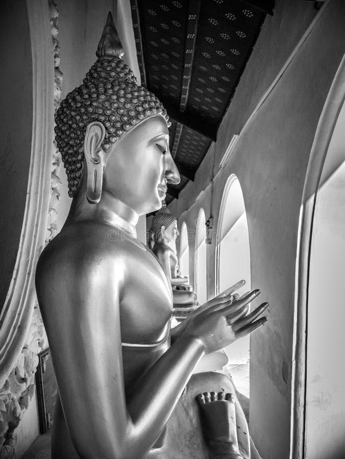 Profilieren Sie Ansicht der Statue von Buddha im buddhistischen Tempel, ruhig und in der Ruhe, schöner Hintergrund stockfotografie