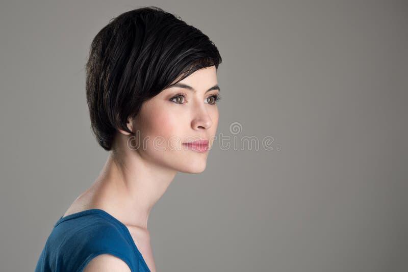 Profilieren Sie Ansicht von träumendem weg schauen der nachdenklichen jungen Schönheit des kurzen Haares lizenzfreie stockbilder