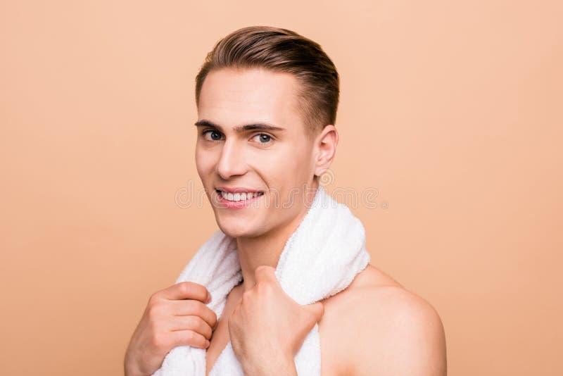 Profilieren Sie Foto der Seitenansichthalben drehung des braunhaarigen Mannes mit großem t stockbild