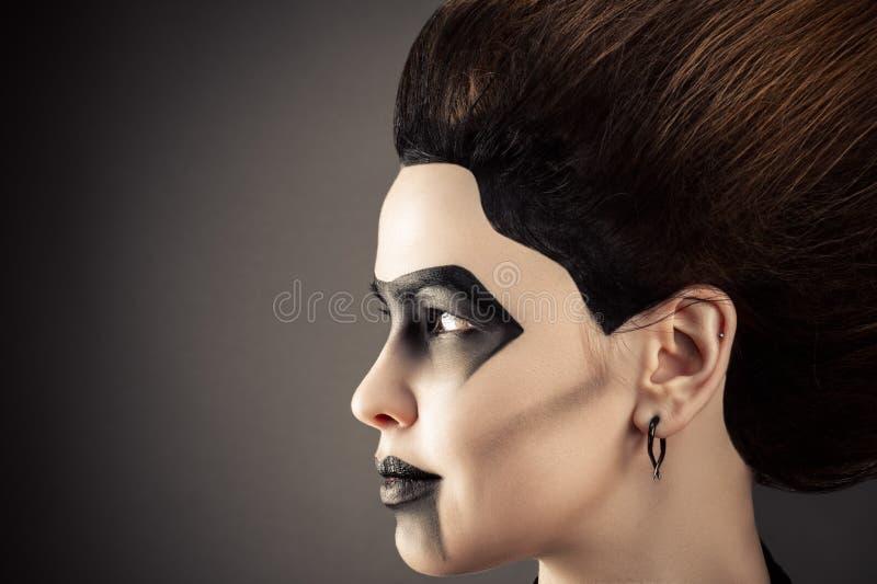Profilieren Sie Gesichtsfrau mit dem ausgezeichneten Haar und dunklem Make-up stockfotos