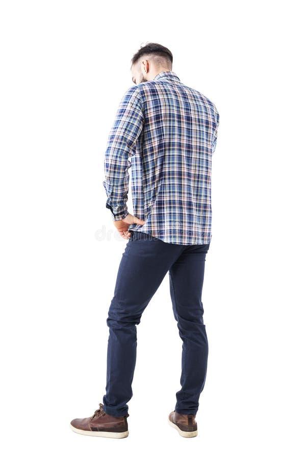 Profilieren Sie hintere Ansicht des kaukasischen Geschäftsmannes, der am Telefon spricht, das unten mit der Hand auf Hüfte schaut stockfotos