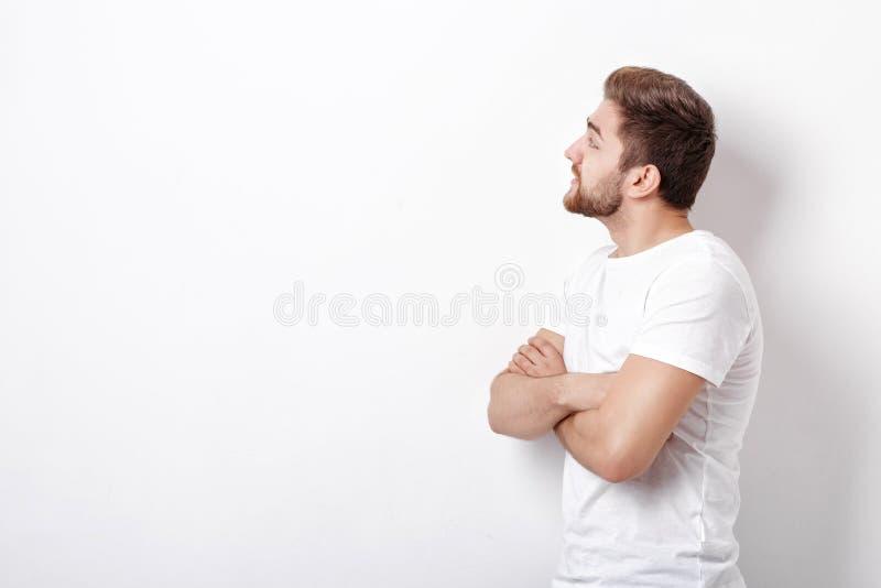 Profilieren Sie Porträt des gutaussehenden Mannes mit dem Bart, der zur Seite schaut stockbilder