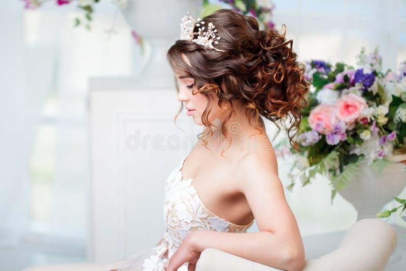 Profilieren Sie Porträt, Heiratsfrisur, Brunette mit dem gelockten Haar Schönes Mädchen in einem Hochzeitskleid Nahaufnahme stockfotos