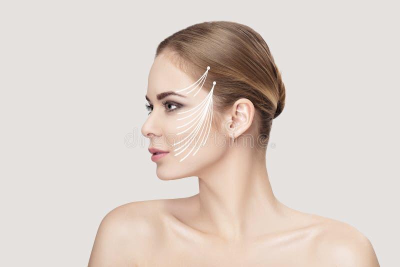 Profilieren Sie Porträt von schönen Blondinen mit grünen Augen auf grauer Hintergrundnahaufnahme Mädchen mit sauberer Haut stockfotos