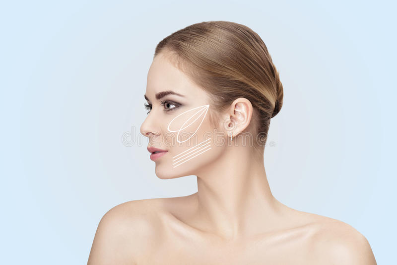 Profilieren Sie Porträt von schönen Blondinen mit grünen Augen auf grauer Hintergrundnahaufnahme Mädchen mit sauberer Haut lizenzfreie stockfotos