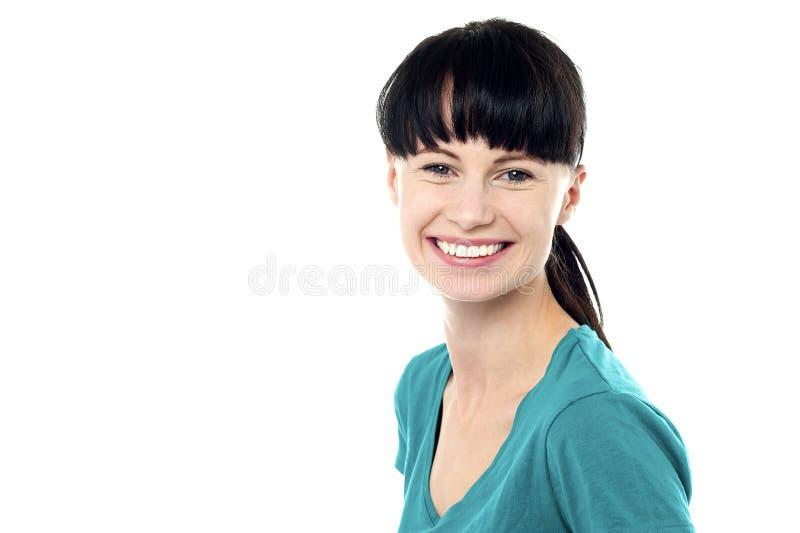 Profilknäpp av en säker ung kvinna arkivbilder