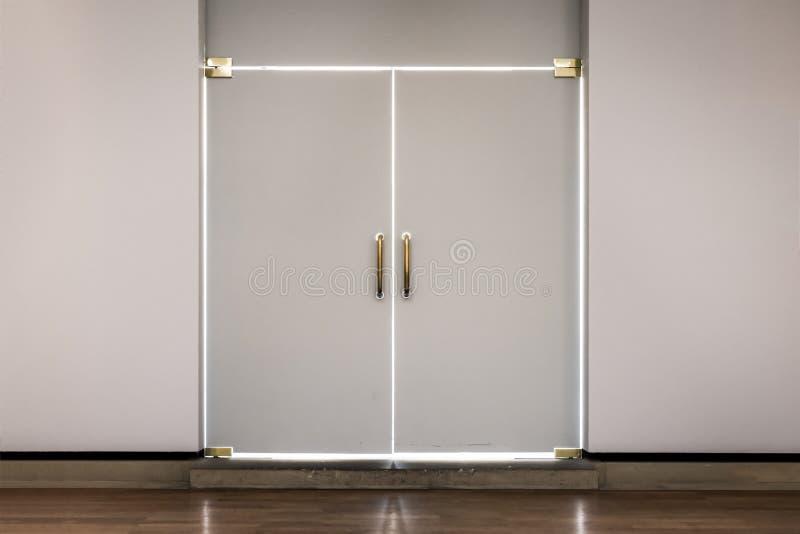 Profilo bianco delle porte moderne luminoso splendendo all'interno chiuso nascosto illustrazione di stock