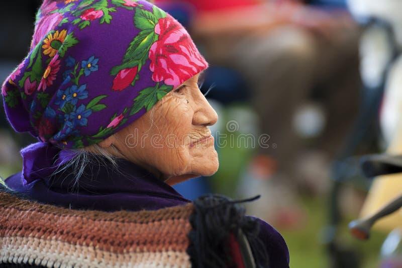 Profilo del primo piano di una donna anziana del nativo americano immagini stock libere da diritti