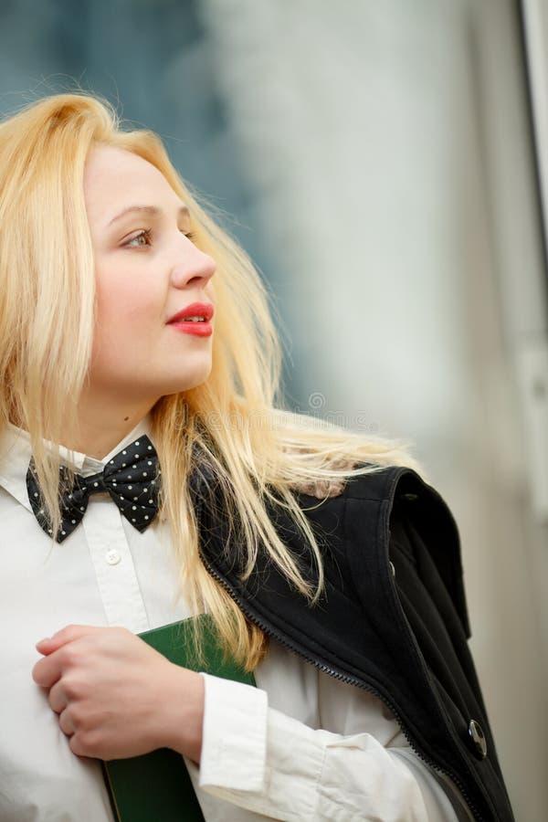 Profilo del ritratto di giovane blocco note della tenuta della donna elegante fotografia stock