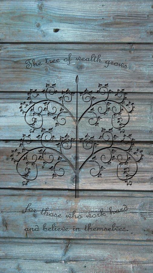 Profilo dell'albero che incide citazione motivazionale del fondo di legno rustico fotografia stock