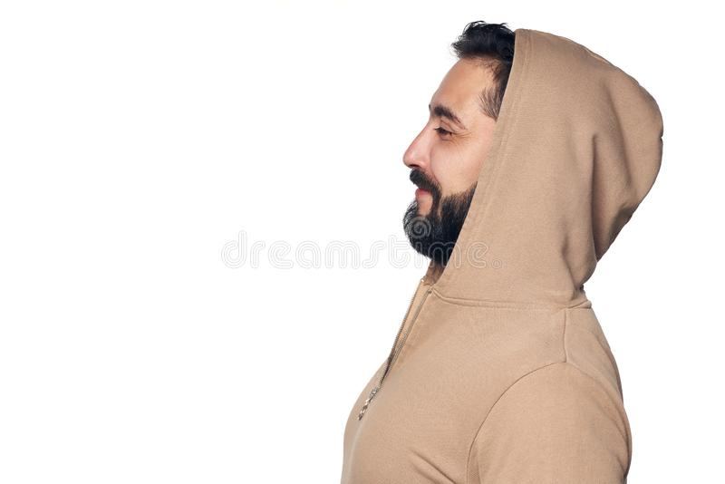 Profilo dell'uomo ispano in abbigliamento casual con il cappuccio sopra fotografia stock libera da diritti
