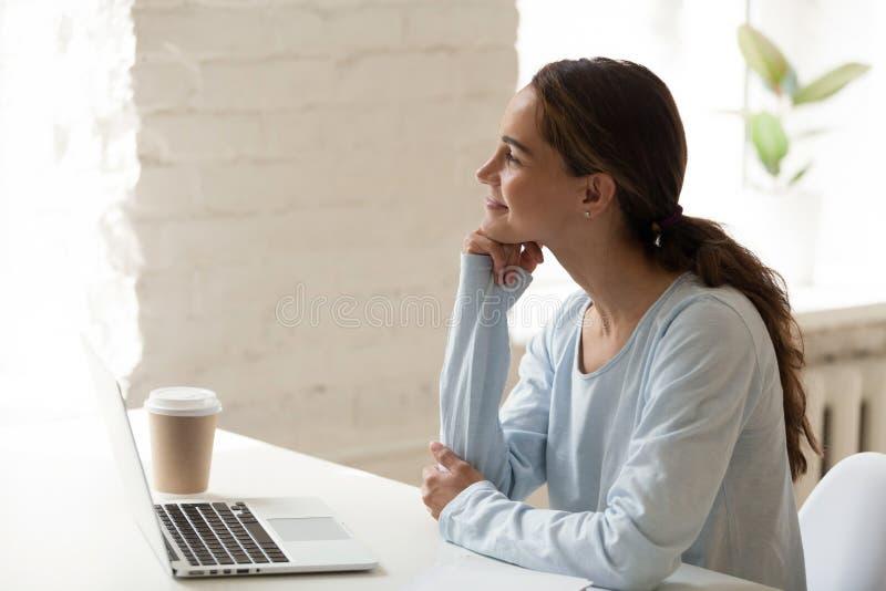 Profilo della donna calma premurosa che guarda fuori finestra immagini stock libere da diritti