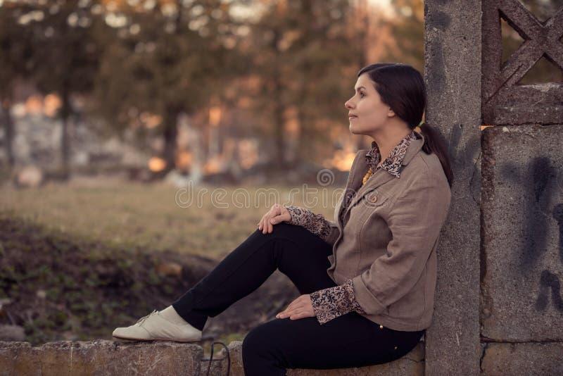 Profilo della donna romantica di bellezza naturale che si siede nella natura immagini stock libere da diritti