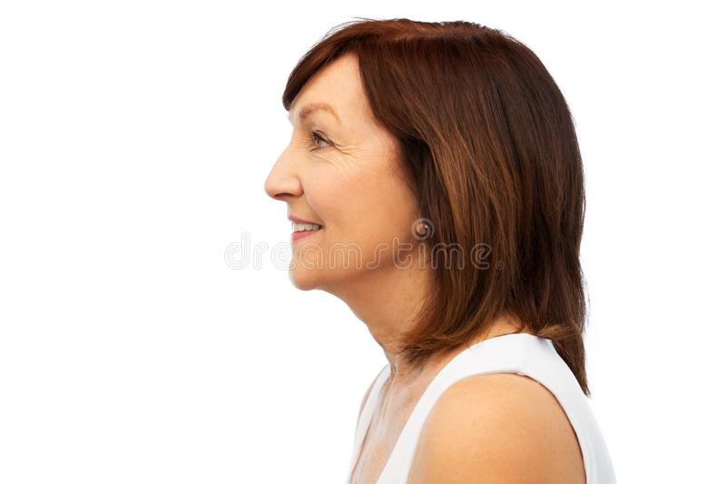 Profilo della donna senior sorridente sopra bianco immagine stock libera da diritti