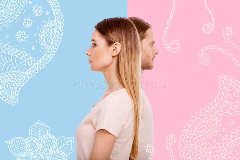 Profilo della ragazza splendida e del suo ragazzo dietro lei immagini stock