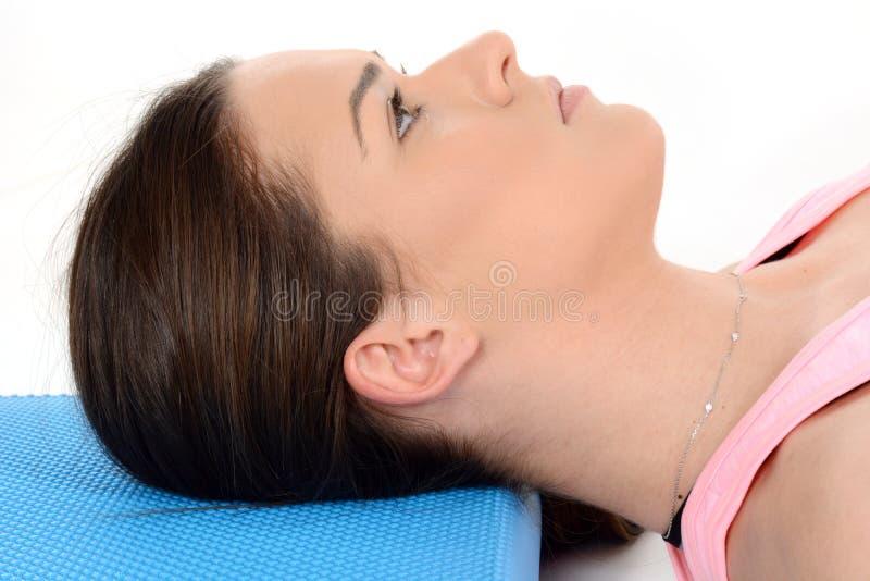 Profilo di bella ragazza che si riposa sul cuscino blu fotografia stock