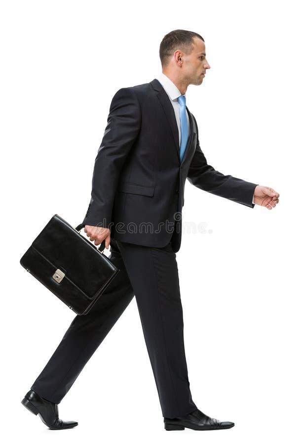 Profilo di camminata con l'uomo di affari di caso immagini stock libere da diritti