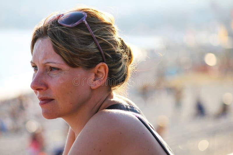 Profilo di una donna bionda in riva al mare di Côte d'azur fotografia stock
