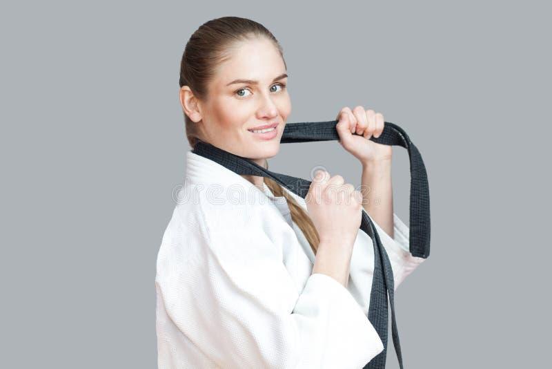Profilo di vista laterale di bella giovane donna atletica felice in whi fotografie stock libere da diritti