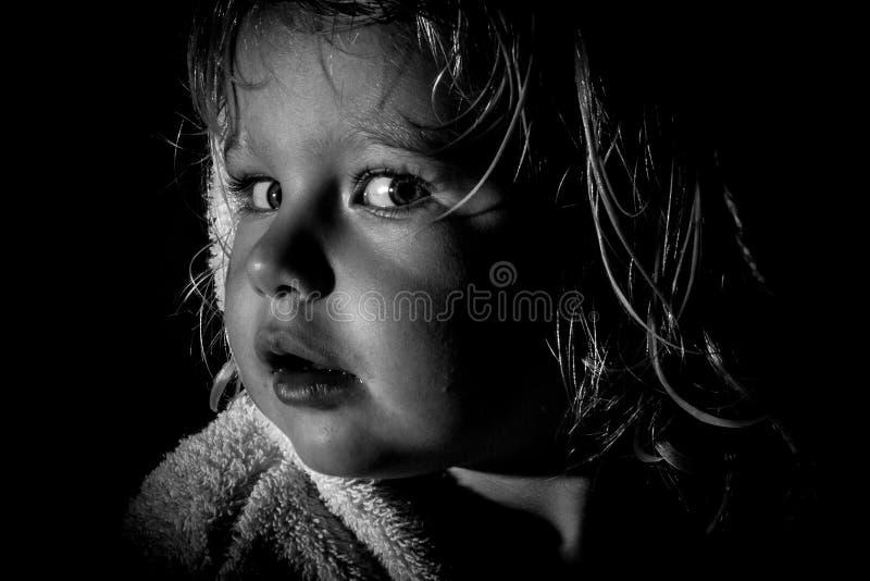 Profilo laterale in bianco e nero del bambino curioso immagini stock libere da diritti