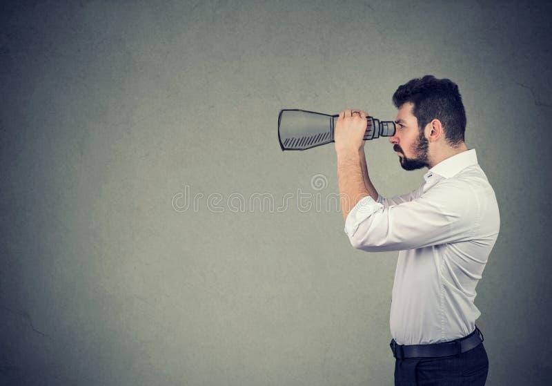 Profilo laterale dell'uomo d'affari con il binocolo immagini stock