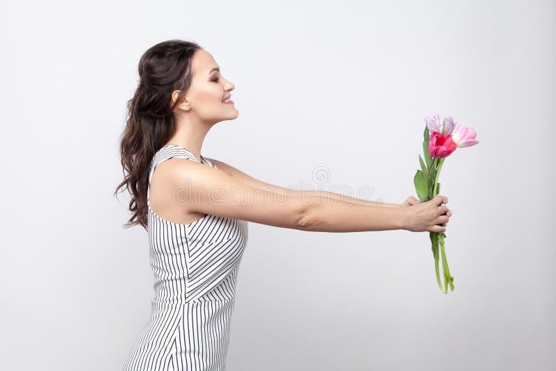 Profilowy bocznego widoku portret młoda piękna kobieta w białym str fotografia stock