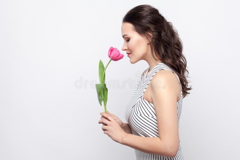 Profilowy bocznego widoku portret młodej brunetki kobiety piękny dowcip zdjęcia royalty free