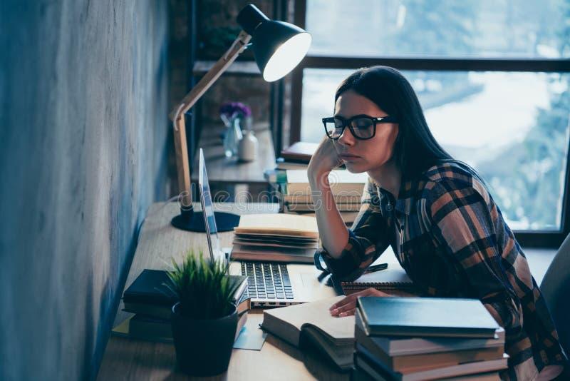 Profilowy boczny widok ładna atrakcyjna czaruje mądrze mądra brunetki dama w sprawdzać koszula męczył ciężkiej pracy badać fotografia stock