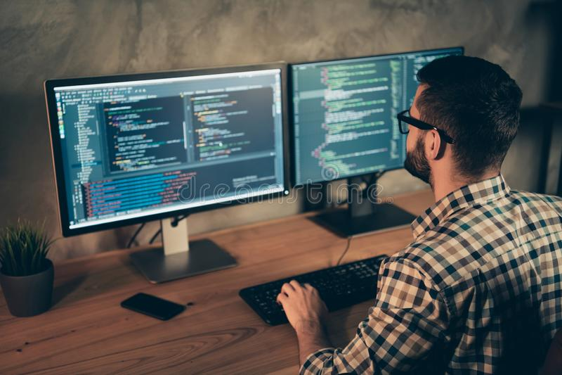 Profilowy boczny widok jego on ładny brodaty facet jest ubranym sprawdzać koszulowego fachowego eksperta html baza danych struktu obraz stock