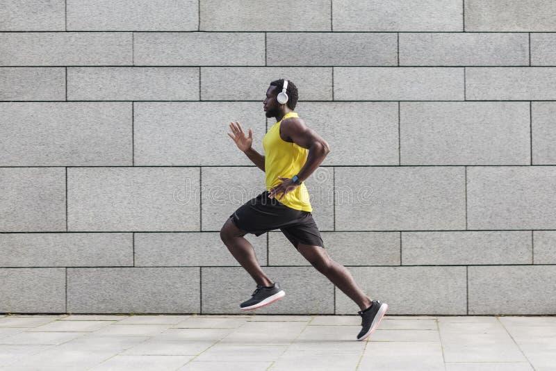 Profilowy portret dorosłej samiec biegacz z mięśniowym ciałem fotografia stock