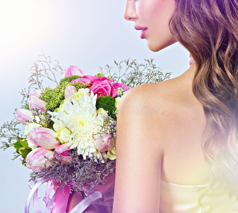Profilowy portret dziewczyna z kwiatami w rękach fotografia stock