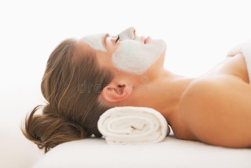 Profilowy portret młoda kobieta z ożywiać maskę na twarzy zdjęcia royalty free