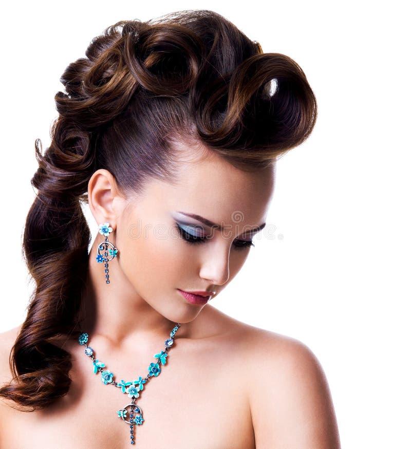 Profilowy portret piękna kobieta z kreatywnie fryzurą obrazy royalty free