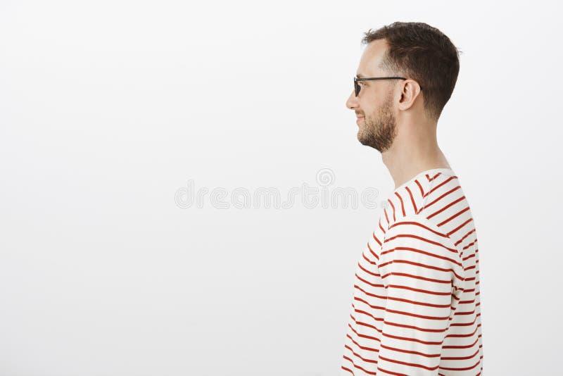 Profilowy portret zadowolona szczęśliwa fajtłapa w czarnych szkłach, ono uśmiecha się szeroko podczas gdy czekający w kinowej kol obraz royalty free