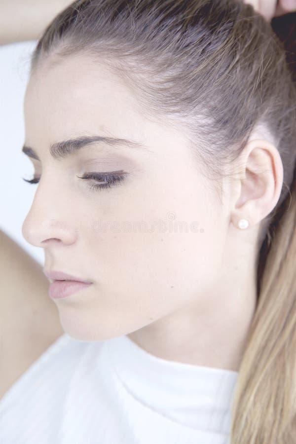 Profilporträt der traurigen Frau wusch Haarnahaufnahme heraus halten lizenzfreie stockfotos