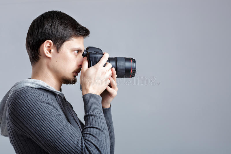 Profilporträt des erfolgreichen Berufsfotografgebrauches DSL lizenzfreies stockbild