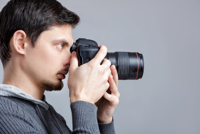 Profilporträt des erfolgreichen Berufsfotografgebrauches DSL stockfotografie
