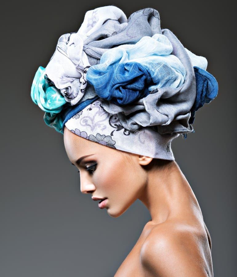 Profilporträt des schönen Mädchens im Turban stockfotos