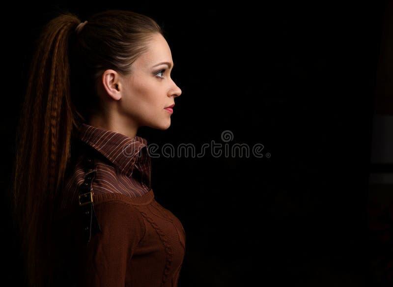 Profilporträt einer hübschen Frau stockfotos
