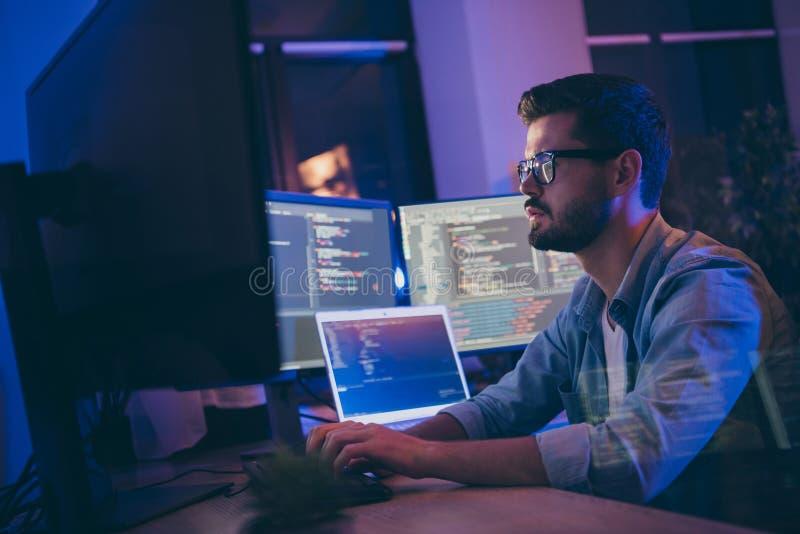 Profilseitenansicht-Portrait seines schönen attraktiven, gut ausgebildeten, ernsthaften Typen schreiben Skript-ai-Tech-Support-En lizenzfreies stockfoto