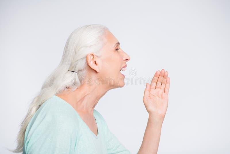 Profilseitenfoto nette Dame der schreienden schreienden tragenden Knickentenstrickjacke Promo lokalisiert über weißem Hintergrund lizenzfreie stockfotografie