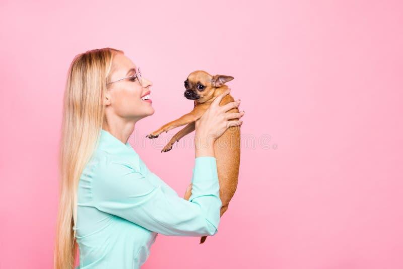 Profilsidofoto av den charmiga damen med glasögoneyewearen som rymmer hennes husdjur som skrattar den bärande krickaskjortan som  arkivbild